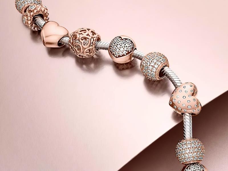 Основа браслета - это джгут из серебра, золота, кожи или текстиля.